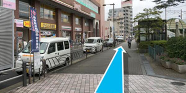 飲食店やコンビニが並ぶ通りをまっすぐ道なりに進みます。